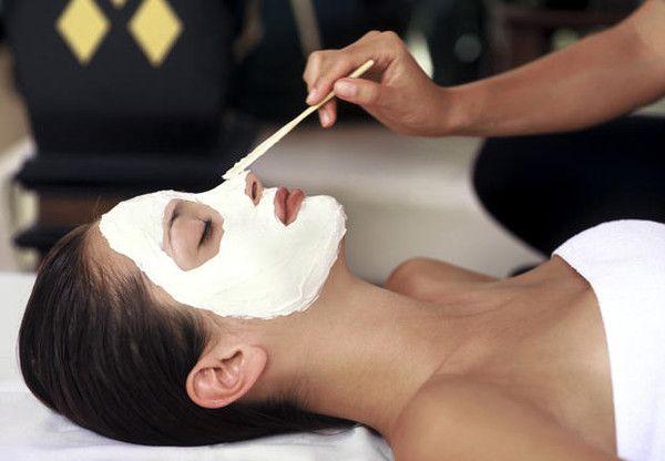 Les masques pour la personne avec la solution physique